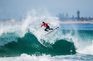 Gabriel Medina: performing an air reverse at Narrabeen | Photo: WSL