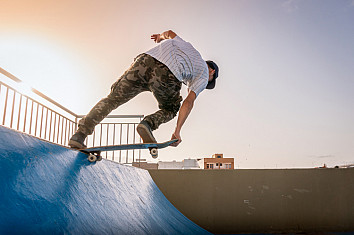 Drop in: a fundamental skateboarding technique | Photo: Shutterstock