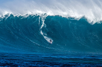 Big wave surfing: riding giant walls of water is not for the faint-hearted | Photo: Caprile/WSL