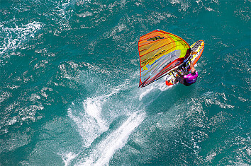 Windsurfing: a complex sailing formula involving aerodynamics and hydrodynamics | Photo: Carter/PWA
