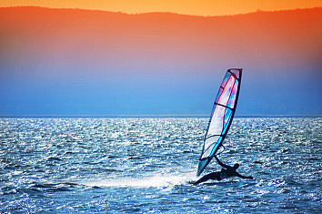 Windsurfing: learn the basics of boardsailing and start sailing fast | Photo: Shutterstock