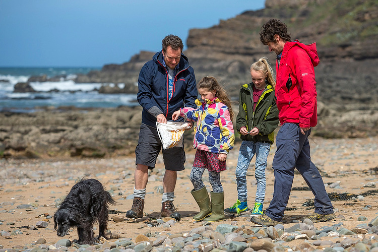 2 Minute Beach Clean: in the past six years, the campaign removed hundreds of tonnes of litter from beaches | Photo: 2 Minute Foundation