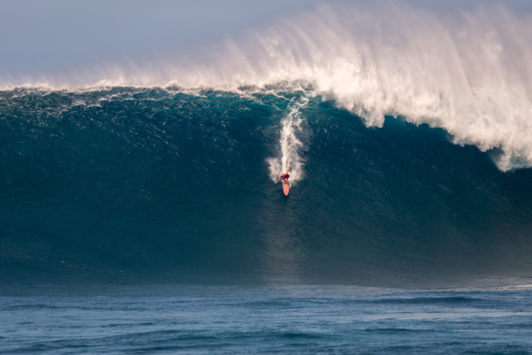 Aaron Gold: he won Paddle of the Year for this ride at Jaws | Photo: Brent Broza/WSL