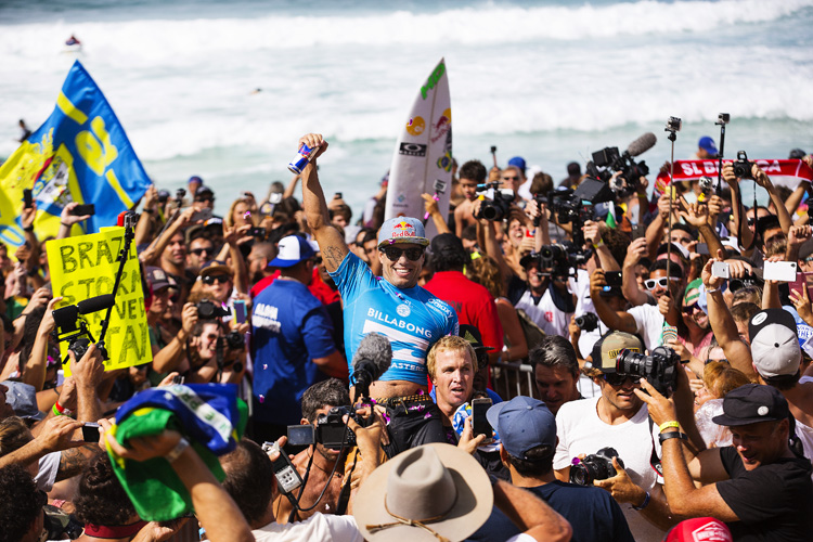 Adriano de Souza: carried on shoulder by his Hawaiian mentor Jamie O'Brien | Photo: Kirstin/WSL