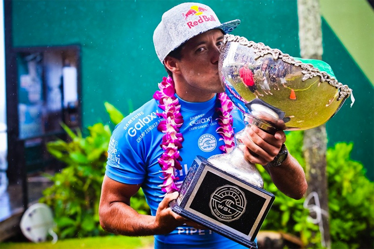 Adriano de Souza: kissing the World Surf League cup | Photo: Masurel/WSL
