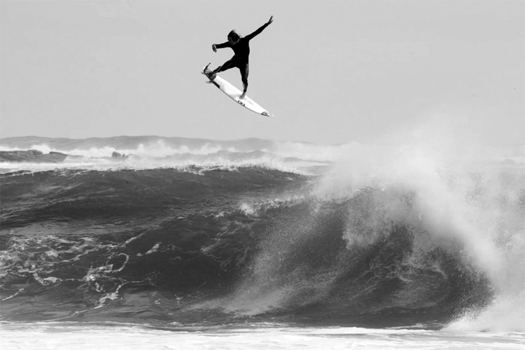 Surfing's Alley-Oop: a counterclockwise air 360 here performed by Jordy Smith | Photo: O'Neill