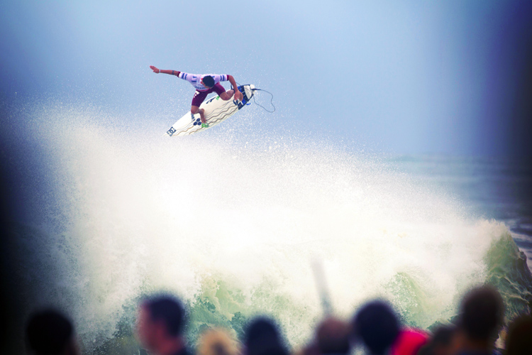 Surfing's Alley-Oop: an onshore breeze keep the surfboard connected to your feet | Photo: Quiksilver