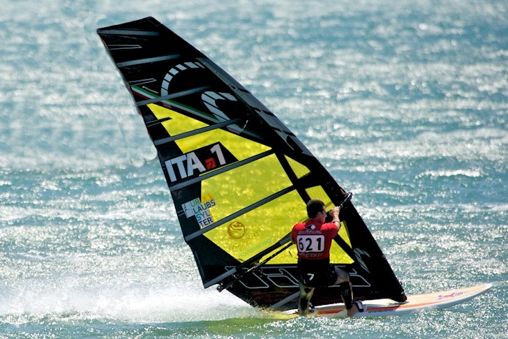 Andrea Cucchi: the dark sail prevails at the Défi Wind