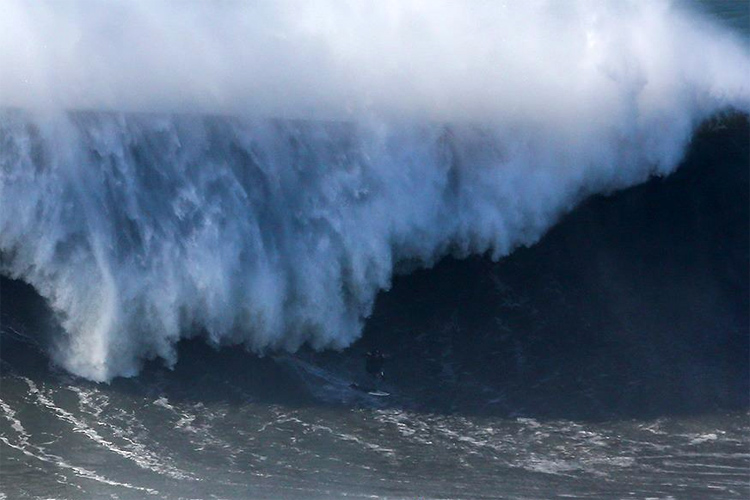 Andrew Cotton breaks back at Nazaré