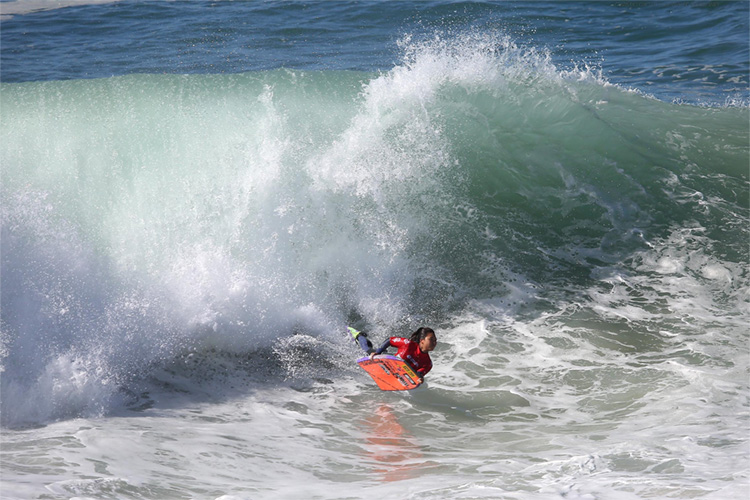 Ayaka Suzuki: she won a heat against three men at Pipeline | Photo: APB