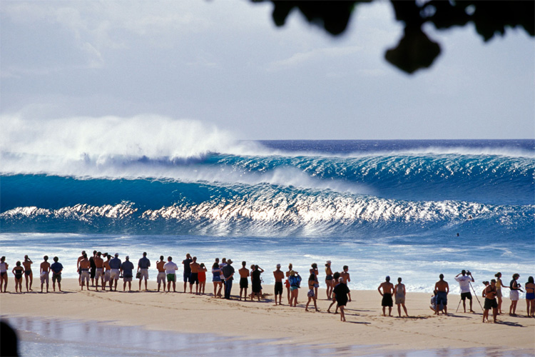 Pipeline: large swells light up Second Reef and Third Reef | Photo: Creative Commons