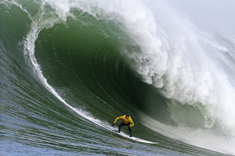 Mavericks: getting barreled often means risking lives | Photo: Briano/WSL