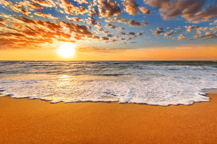 Beach: a sanctuary of freedom and the ultimate border between land and water | Photo: Shutterstock