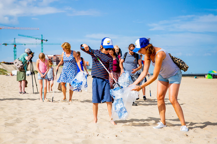 Beach cleanups: preventing trash and plastics from getting into the ocean | Photo: Creative Commons