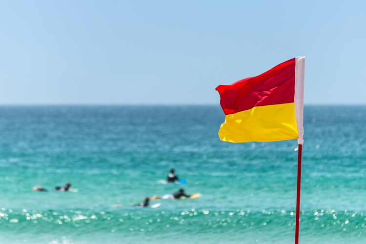 Beach flags and warning signs: stay safe in the surf | Photo: Shutterstock