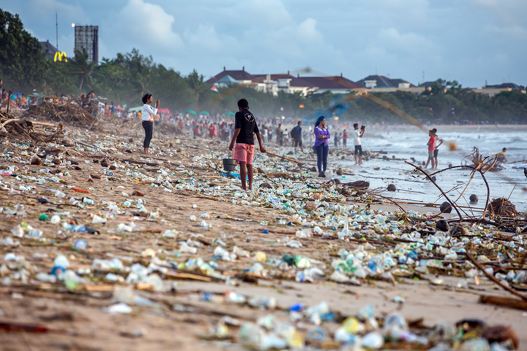 Plastics: 80 percent of all items found in the ocean comes from land-based sources | Photo: Shutterstock