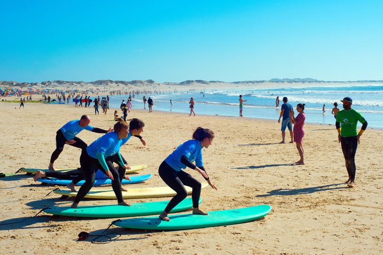 Beginner surfers: they must learn the proper surfing stance before hitting the waves | Photo: Shutterstock
