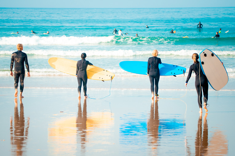 Beginner surfers: it's always better to learn to surf in an accredited surf school | Photo: Shutterstock