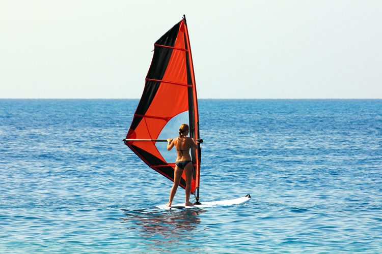 Sailing upwind: the first real windsurfing feeling | Photo: Shutterstock