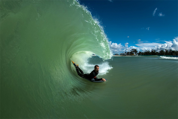Ben Player: riding a hollow wave at Surf Lakes | Photo: Harris/Surf Lakes