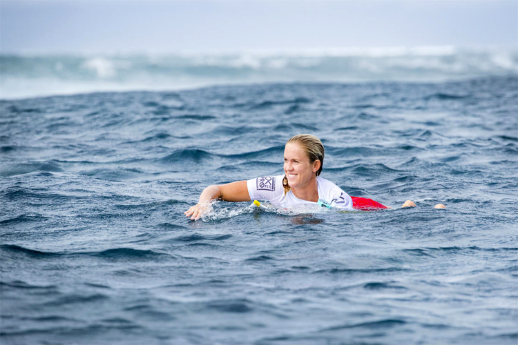 Bethany Hamilton: the Hawaiian uses a custum-made surfboard equipped with a handle | Photo: WSL