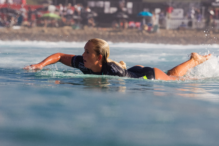 Bethany Hamilton: who said you need two arms to paddle a surfboard? | Photo: Rowland/WSL