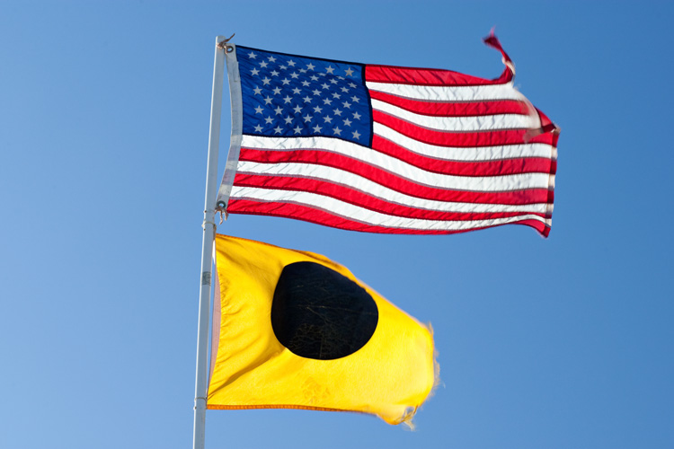 Black ball flag: if it's raised, you're not allowed to surf | Photo: Shutterstock