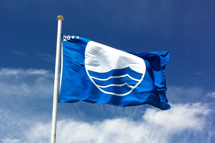 The Blue Flag: a symbol of excellence that is awarded to beaches with high environmental standards | Photo: FEE