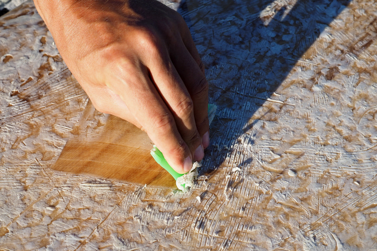 Removing Wax From Planks: Use Scraper Tool To Collect Old Wax |  Photo: Shutterstock
