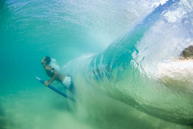 Duck dives in bodyboarding: learn how to sink the board to get under breaking waves | Photo: Jarvis Gray/Shutterstock