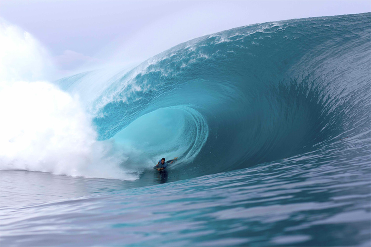 Teahupoo: a bodyboarder negotiates a successful barrel ride | Photo: APB