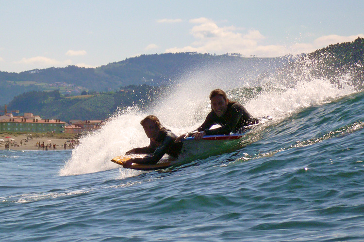 Paddling for a wave: bodyboarders use arms, legs and fins | Photo: Creative Commons/Blas Brains