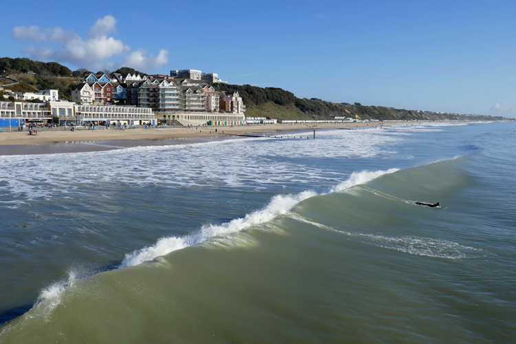 Bournemouth: after a failed attempt with an artificial surf reef, the coastal town is planning the construction of a wave pool | Photo: Creative Commons