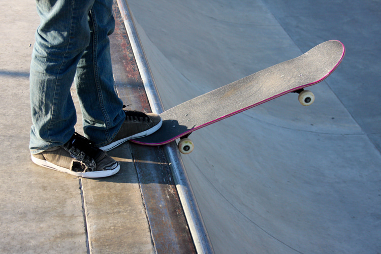 Bowl skating: get a mini-cruiser or a standard, double-kick popsicle skateboard and hit the cement | Photo: Shutterstock