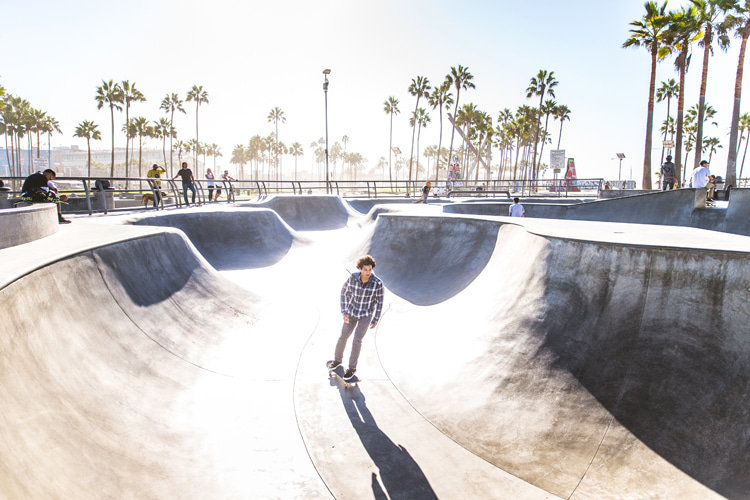 Bowl skating: learn how to pump, carve and draw lines | Photo: Shutterstock