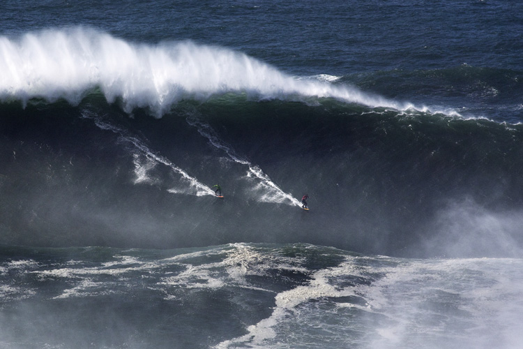 Carlos Burle and Rodrigo Koxa: sharing a party wave at Praia do Norte | Photo: Silva/Red Bull