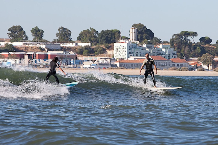 Surfing in River Tejo: Portuguese surfers get waves powered by catamarans | Photo: Julio Barreiros/Gasoline