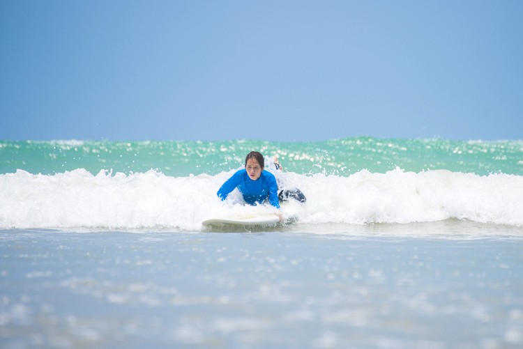 Catching waves: beginners surfers must paddle for a wave as soon as possible | Photo: Shutterstock
