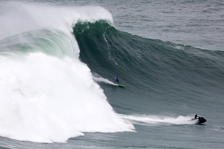 Lucas Chianca: he paddled into this Nazaré bomb | Photo: Estrelinha/WSL