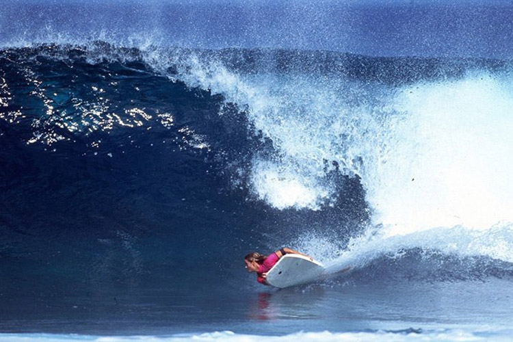 Claudia Ferrari: pulling the raddest bottom turn in women's bodyboarding | Photo: Gordinho
