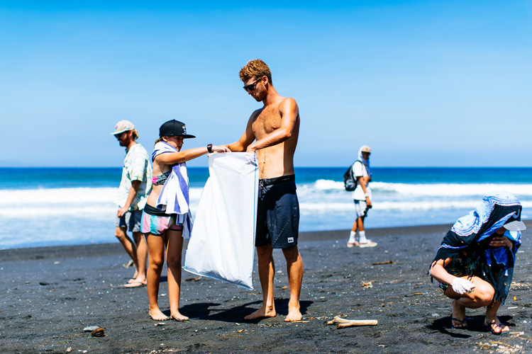 Beach cleanups: the World Surf League wants to leave every beach better than they found | Photo: Sloane/WSL
