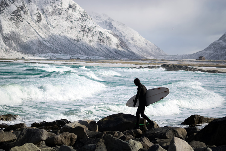 Cold water surfing: only a thick wetsuit protects against hypothermia | Photo: Shutterstock
