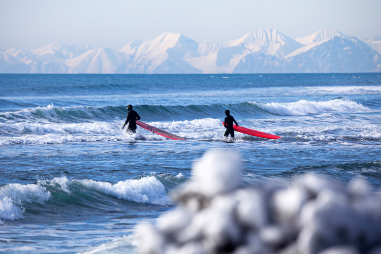 Cold water surfing: when you're done, a hot shower is mandatory | Photo: Shutterstock