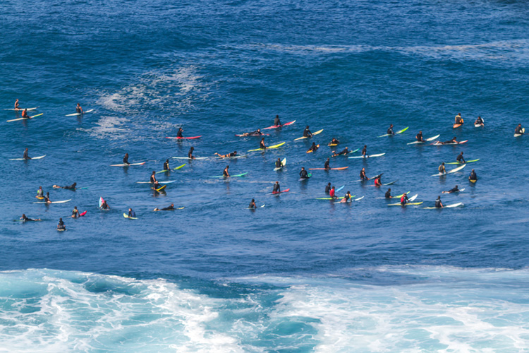 Crowded surf spots: taking turns is not always easy in breaks like this | Photo: Shutterstock