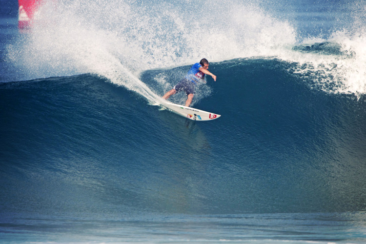 Cutback: burying rail and getting back to the curl | Photo: Cazenave/Quiksilver