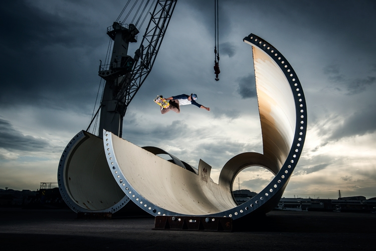 Danny León: riding his skateboard inside a wind turbine | Photo: Red Bull