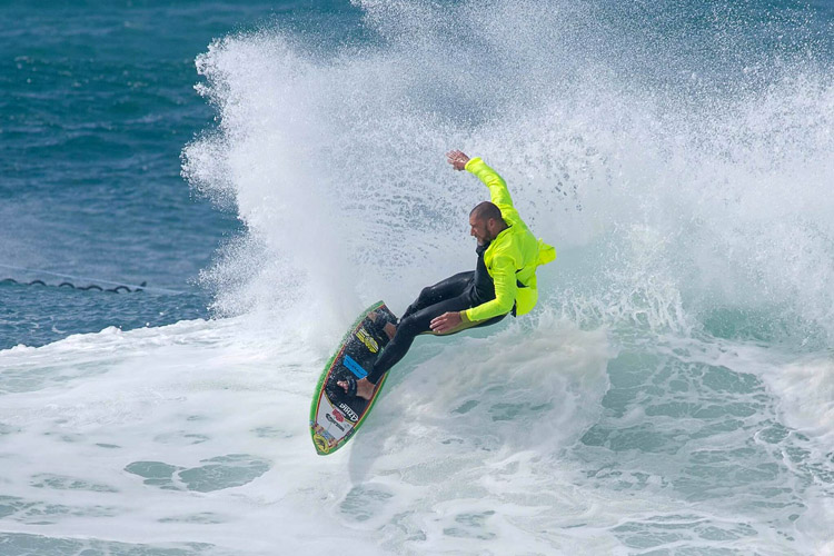 David Langer: surfing with his trademark fluorescent shirt | Photo: Jorge Figueira