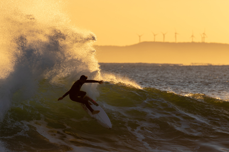 Surfing: waves are always less crowded at dawn | Photo: Shutterstock