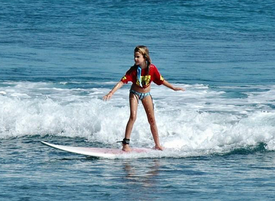 Dominican groms: she has a surfing future