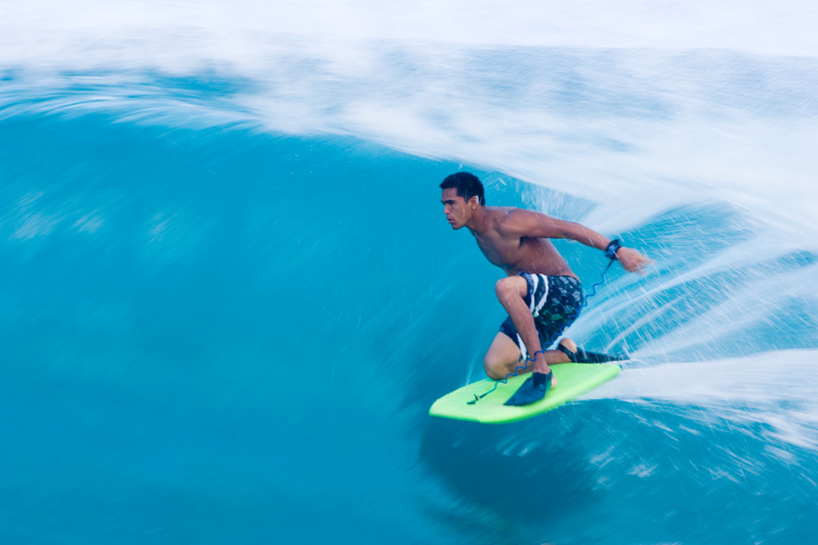 Drop-knee bodyboarding: always keep the board flat on the water | Photo: Shutterstock